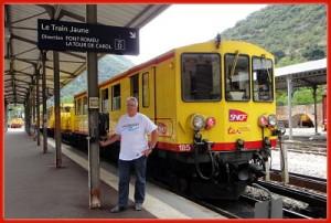 Train jaune au départ de Villefranche de Conflent (Pyrénées Orientales)