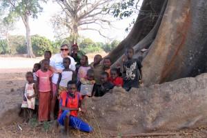 Groupe d'enfants au pied d'un fromager à Ouonck (Sénégal)